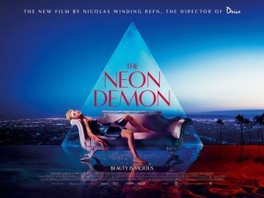 ニコラス・ウィンディング・レフン 『ネオン・デーモン』 冒頭のバルテュスの絵画を模したとされるシーン。