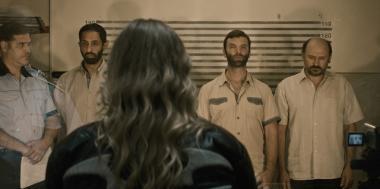 『エリザのために』 容疑者の男たちを前にするエリザ。