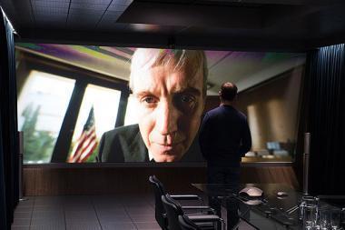 『スノーデン』 元上司リス・エヴァンス(コービン・オブライアン)の顔は極端な大きさで表現される。