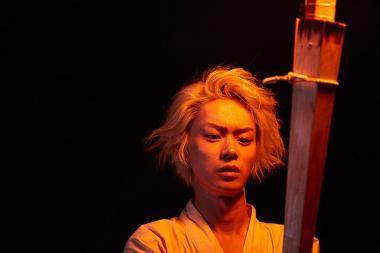 『溺れるナイフ』 航一朗(菅田将暉)は火祭りでダイナミックな舞を披露する。