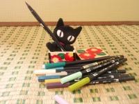 筆ペンと黒猫