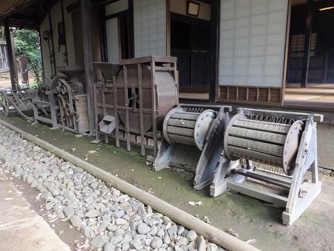 岡本民家園に展示の農機具
