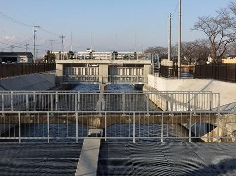 武蔵水路・上星川伏越呑口より上流を望む
