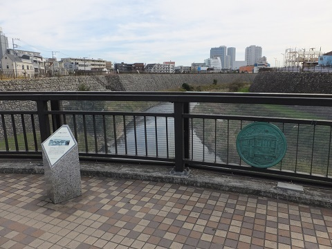 吉澤橋の「玉電と吉澤記念碑」と電車のレリーフ
