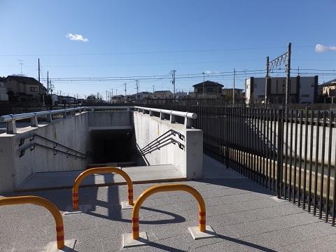 武蔵水路・高崎線を潜る遊歩道