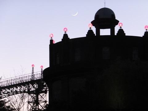 三日月と第2号駒沢給水塔