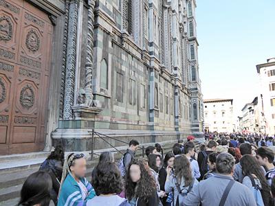 大聖堂へ入る人たちの行列