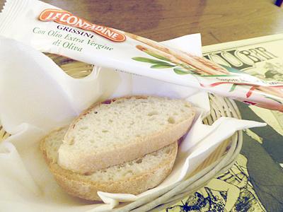 パンとグリッシーニ