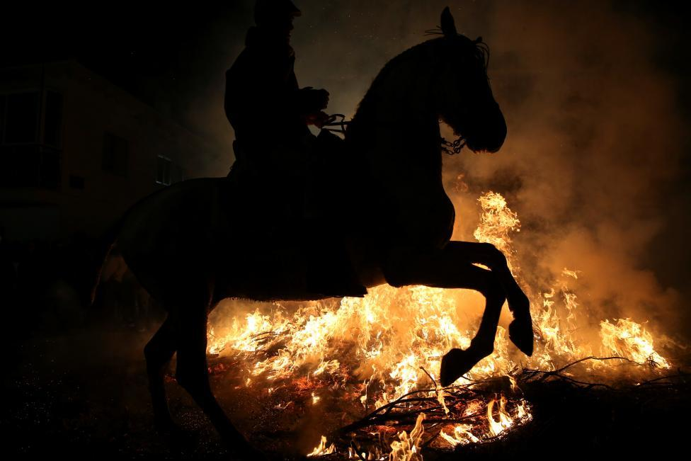 2017 lu 「ルミナリアス」 f 炎の中を馬が駆け抜ける