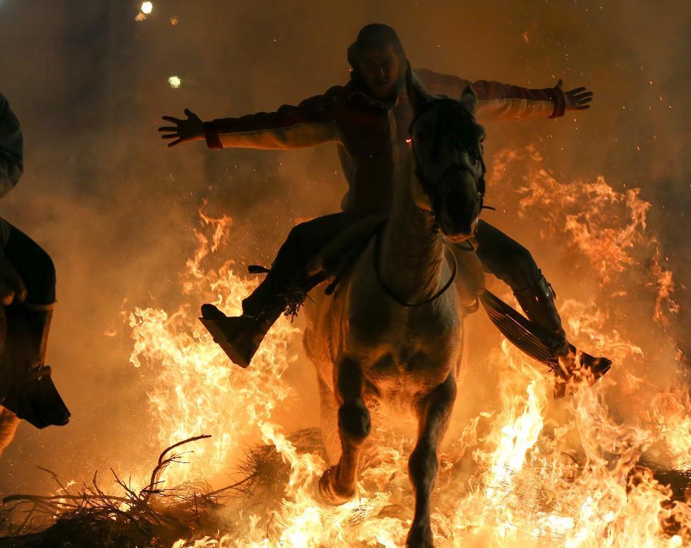 2017 lu 「ルミナリアス」 b 炎の中を馬が駆け抜ける