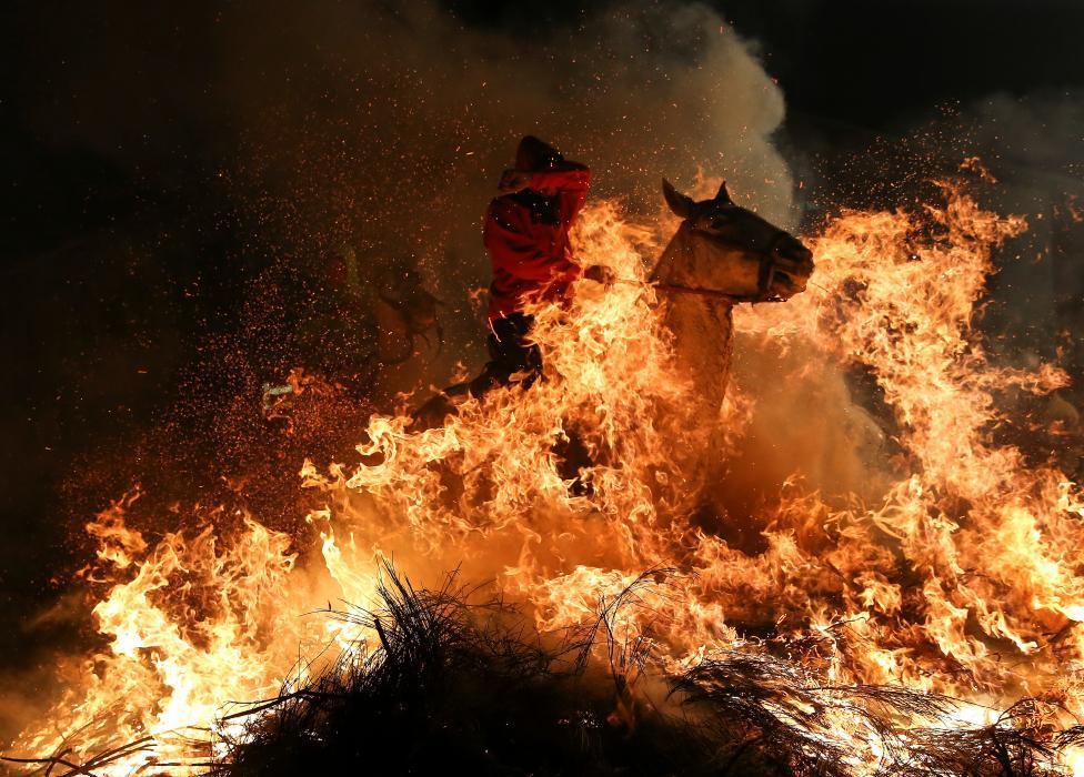 2017 lu 「ルミナリアス」 a 炎の中を馬が駆け抜ける