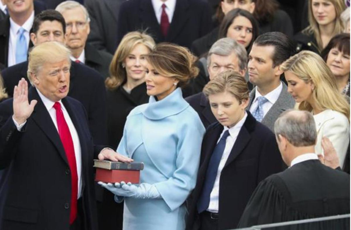 宣誓するトランプ大統領