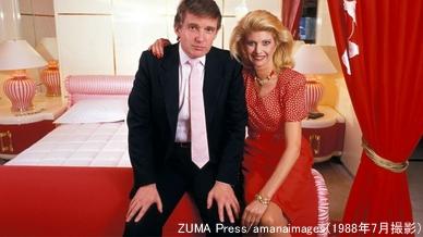 当時の妻と写真に納まるトランプ氏