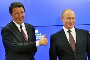 イタリアのレンツィ首相(左)とロシアのプーチン大統領=6月17日、サンクトペテルブルク(AFP=時事)
