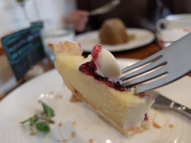 カシスとブルーベル-のチーズクリームパイ