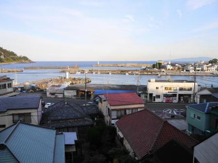 窓からの稲取漁港