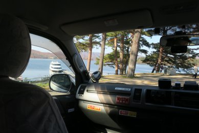 車窓より桧原湖を望む