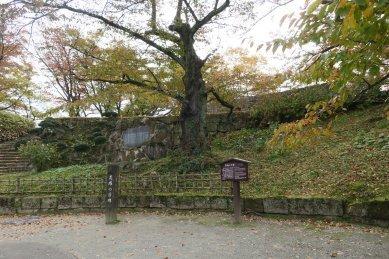 荒城の月の碑