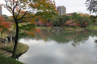 延段辺りから見た徳大寺岩と紅葉
