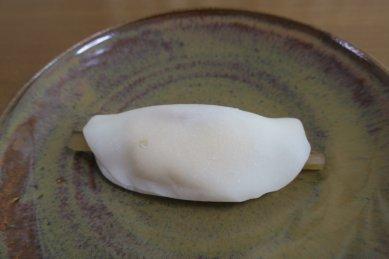 花びら餅on唐津釉皿