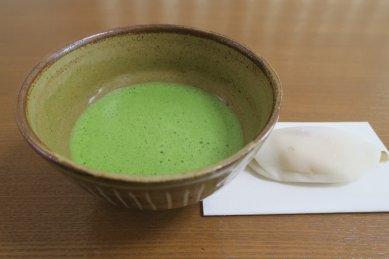 柳原焼三島写茶碗の写しと花びら餅