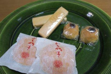 桃林堂の菓子on総織部大皿