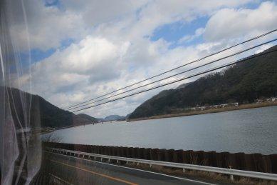 車窓の丸山川下流