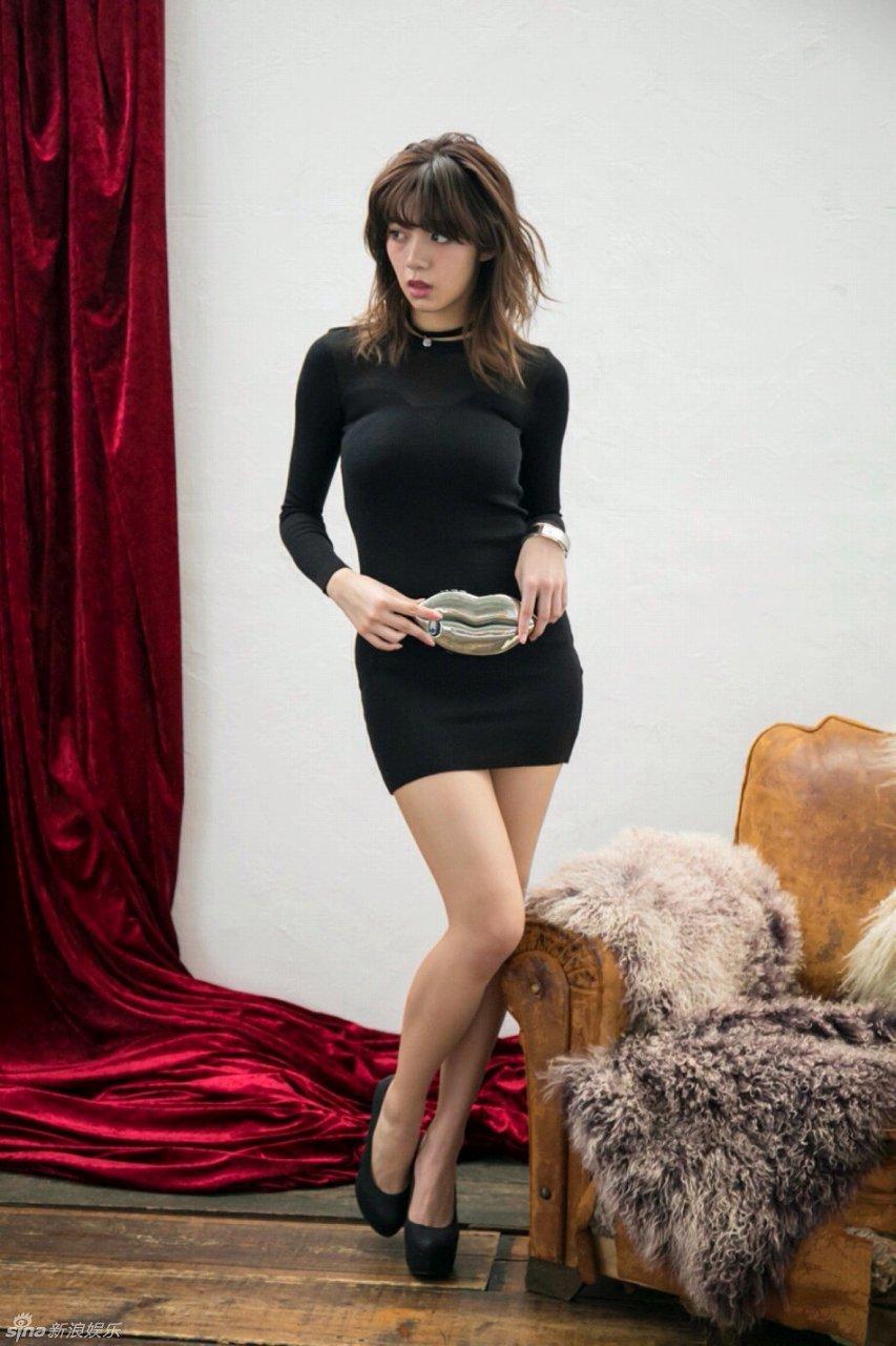 体のラインが出るミニスカワンピースを着た池田エライザのグラビア