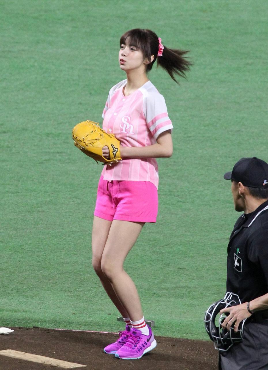 ショートパンツを履いて始球式をする池田エライザ