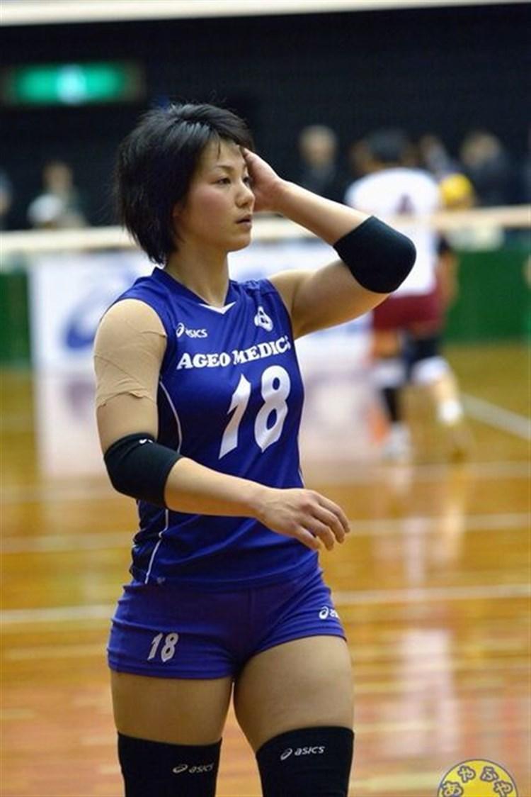 女子バレーユニフォームを着た吉村志穂