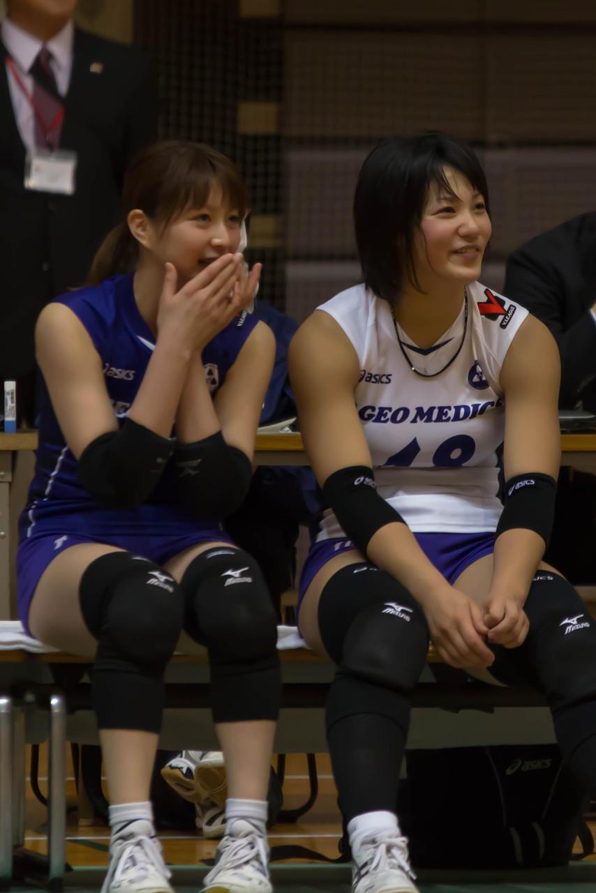 女子バレーユニフォームを着た滝沢ななえと吉村志穂