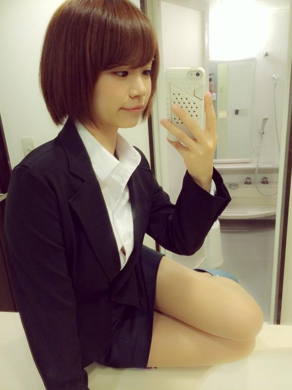 タイトスカートスーツを着た菜乃花の自撮り画像