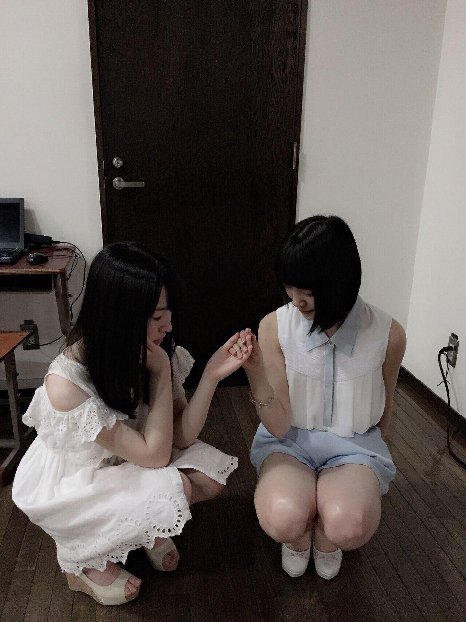 乃木坂46・伊藤万理華とショートパンツを履いて太ももが丸出しになってる堀未央奈