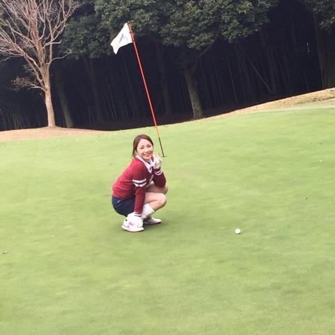 ゴルフウェアを着た吉川友