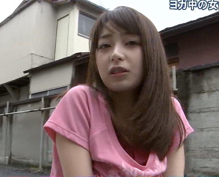 胸元ユルユルのTシャツを着て胸チラしている宇垣美里