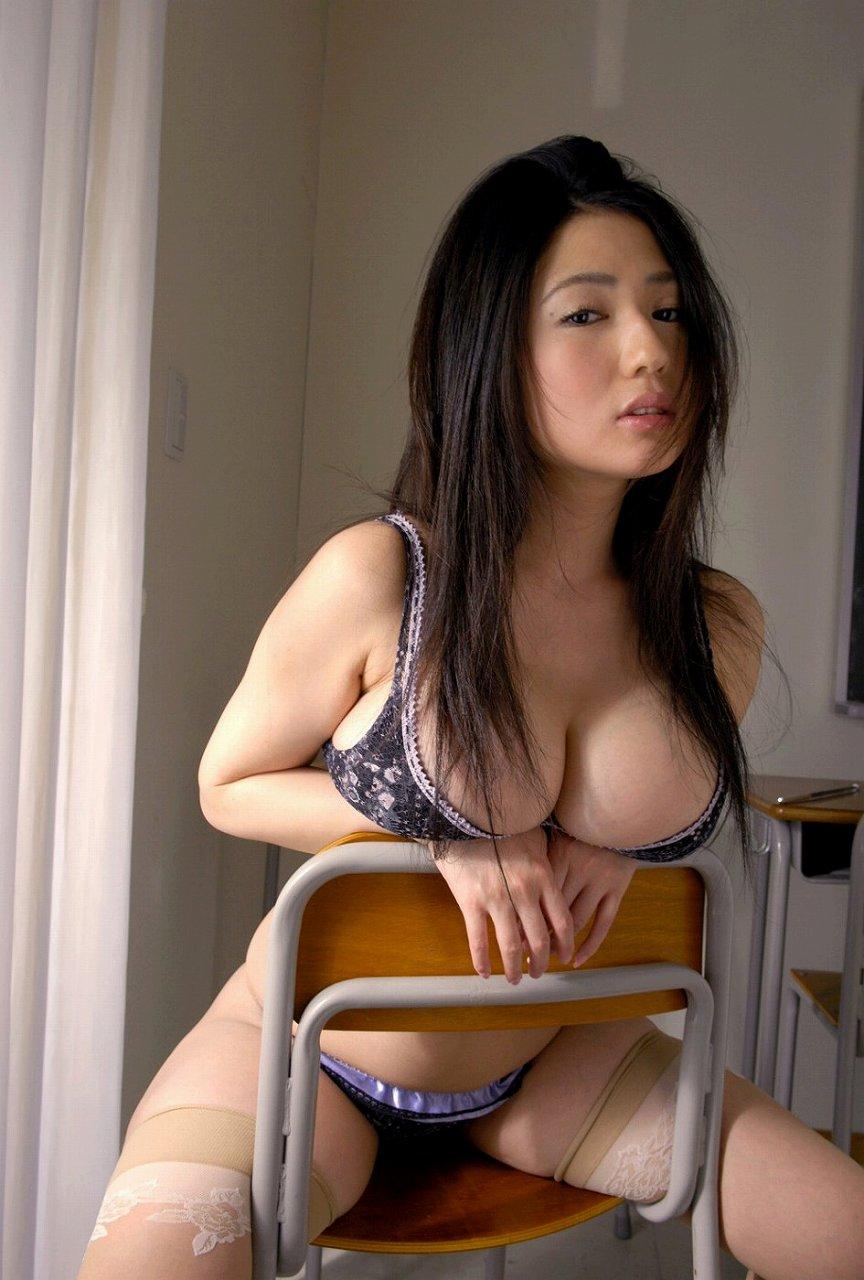 下着姿で椅子に跨った滝沢乃南のグラビア