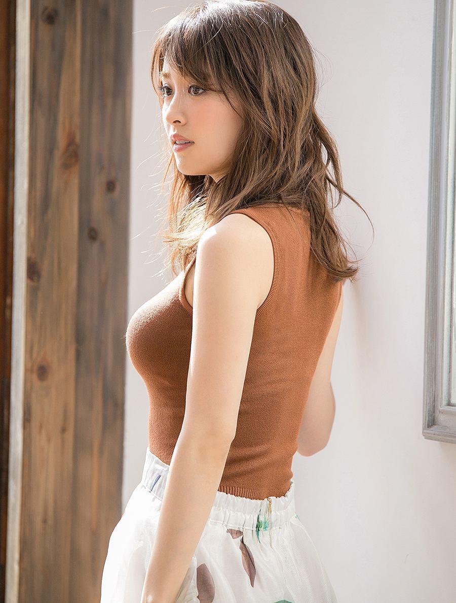 泉里香の着衣横乳グラビア