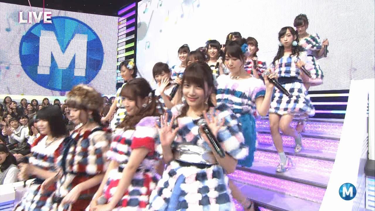 テレ朝「ミュージックステーション」の登場シーン、「ハイテンション」の衣装を着た小嶋陽菜