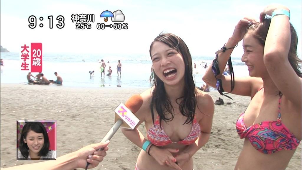 海で日テレ「スッキリ!!」のインタビューに答えるエロ水着を着た巨乳女子