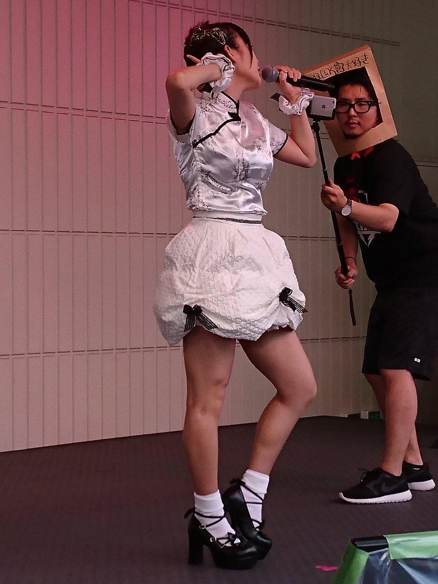 ミニスカート衣装を着てステージで歌う上坂すみれ