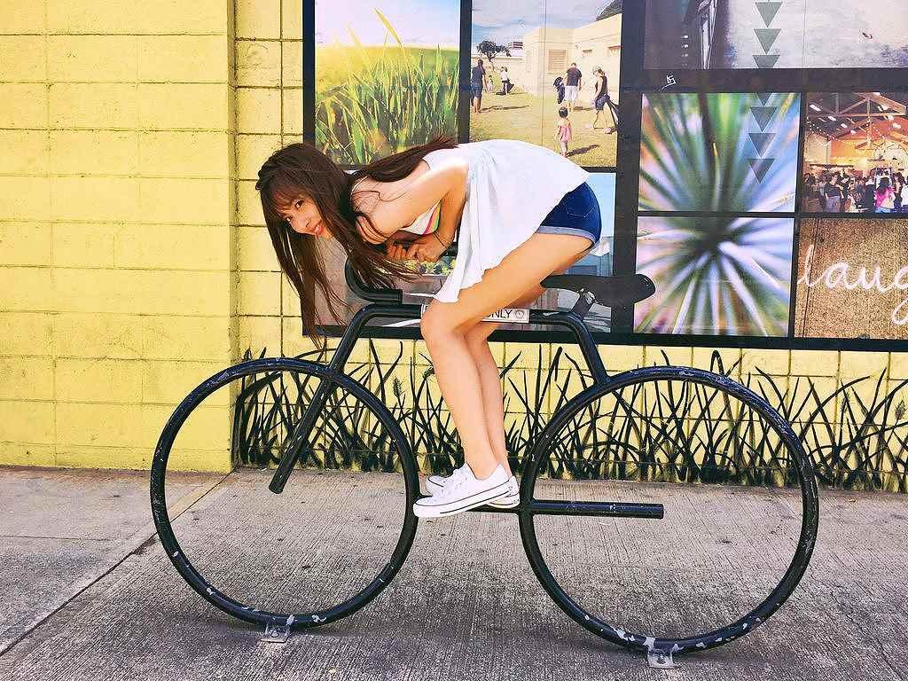 ショートパンツで自転車にまたがる内田理央