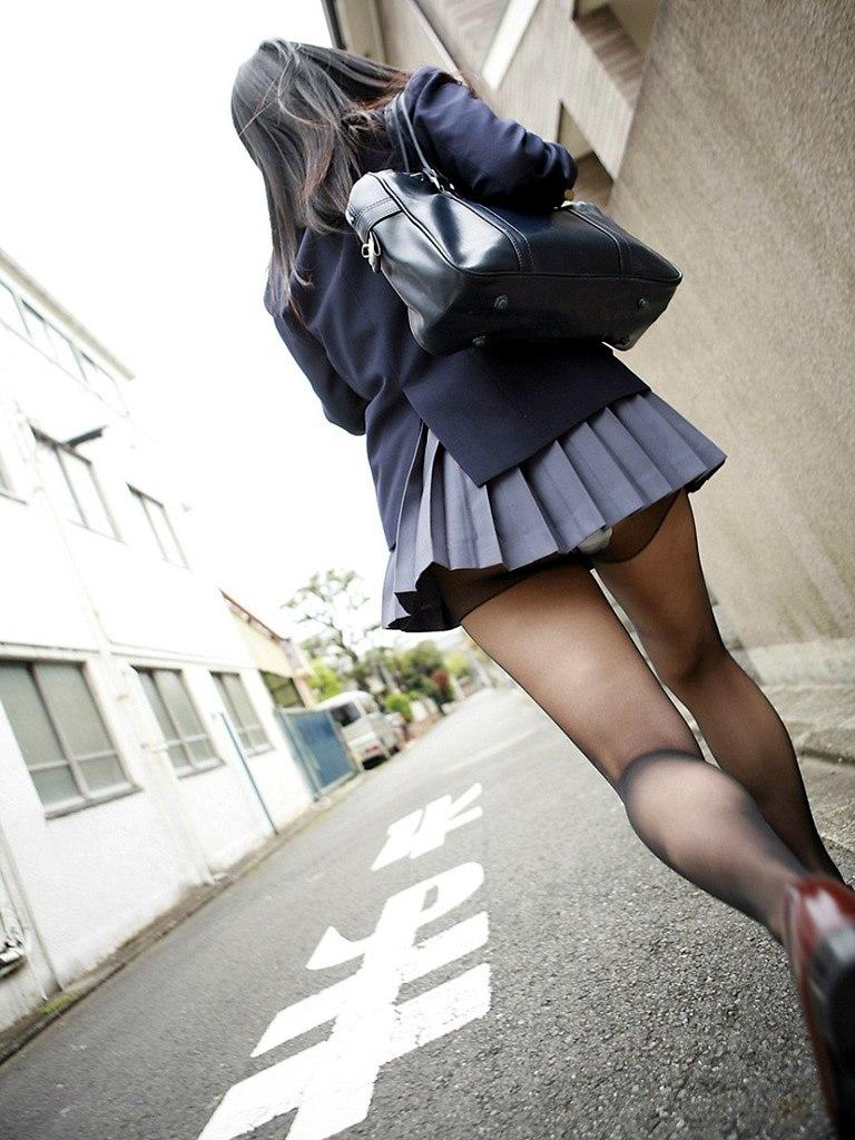 制服に黒ストッキングを履いてパンチラしている女子高生