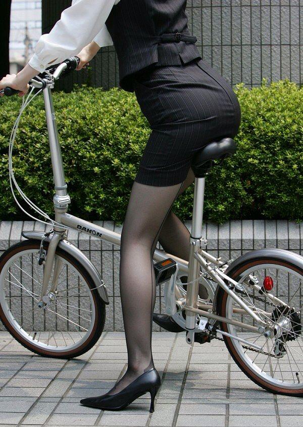 タイトスカートに黒ストッキングを履いた女