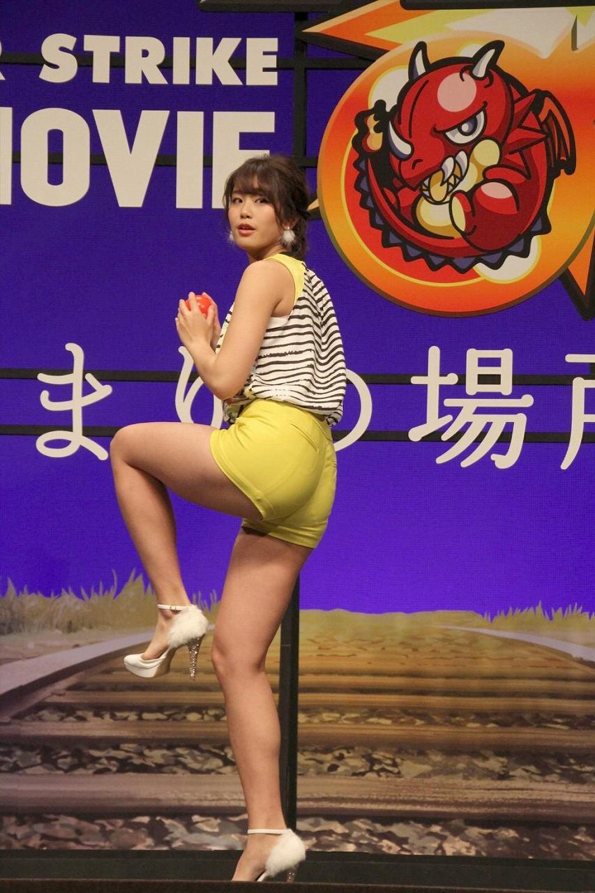 ショートパンツを履いて投球ポーズをとる稲村亜美