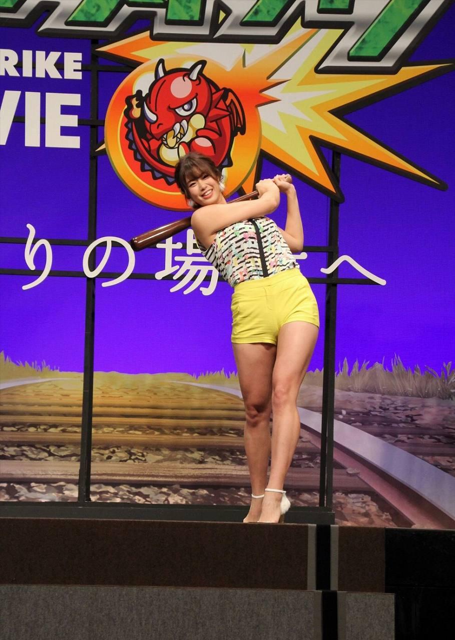 ショートパンツを履いて神スイングをとる稲村亜美