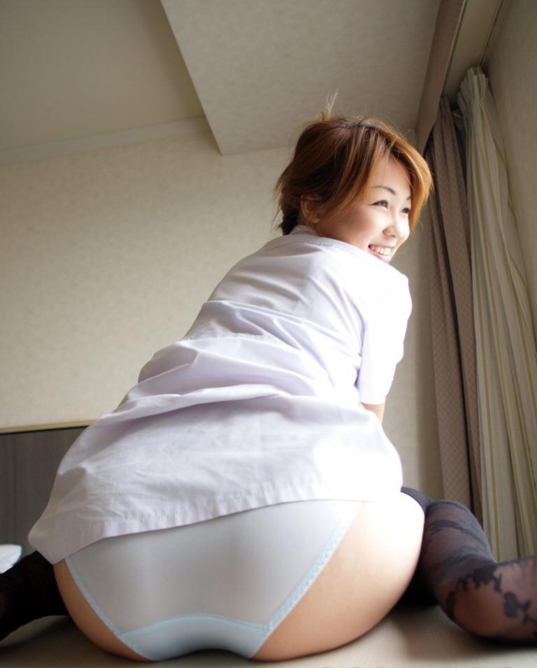 パンツを履いて座ってる女のお尻