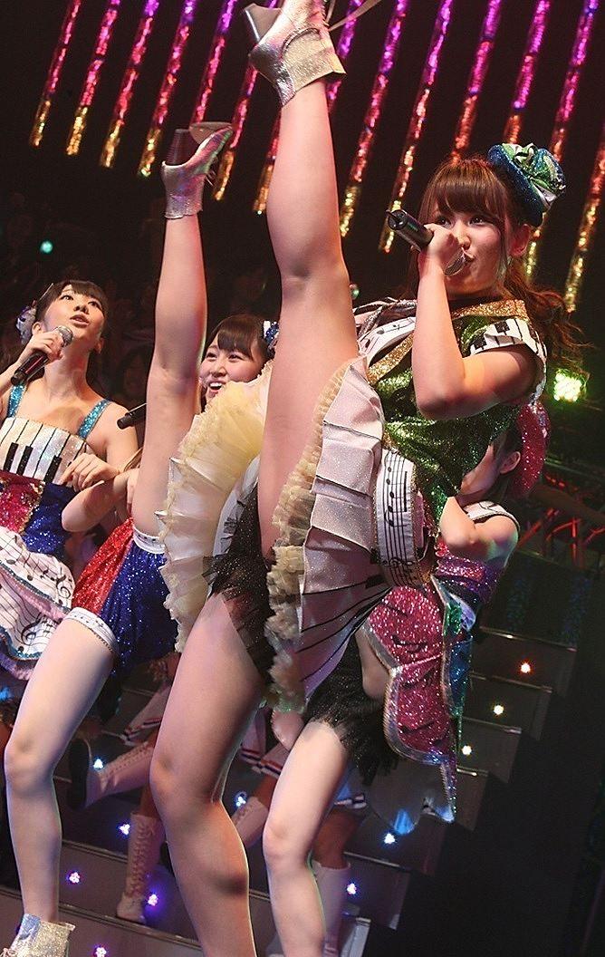 ステージ上でおもいっきり脚を上げるAKB48メンバー
