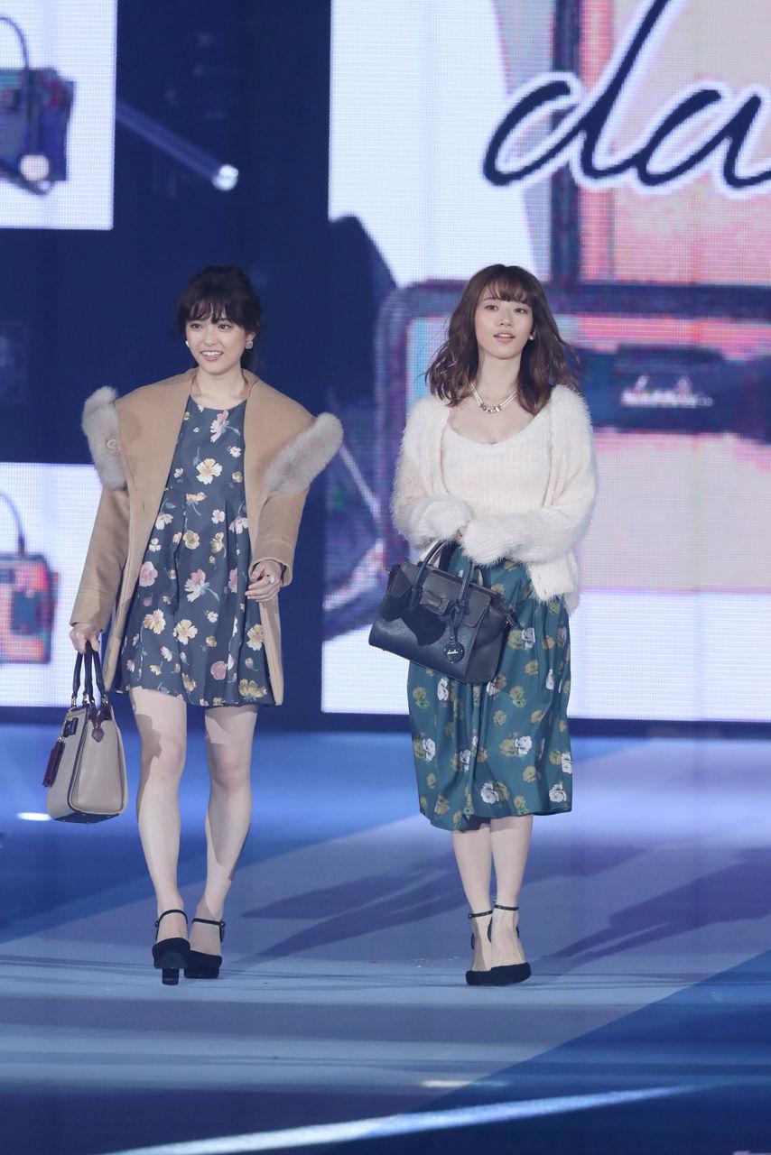 ファッションショーでランウェイを歩く松村沙友理と橋本奈々未