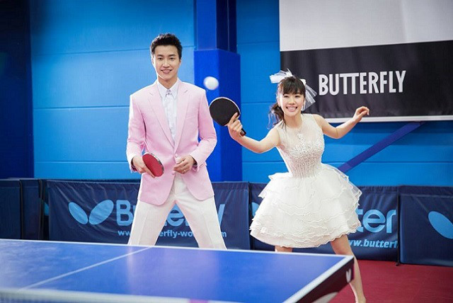 ウェディングドレスを着て卓球をする福原愛と江宏傑
