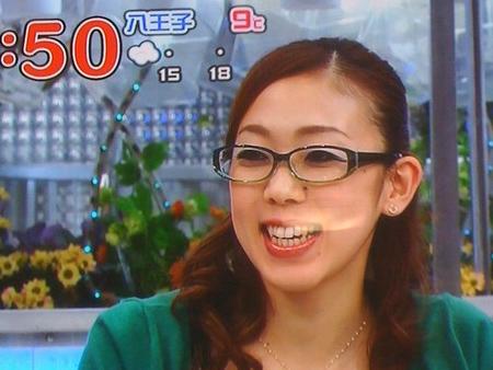 眼鏡をかけてテレビ出演した村主章枝